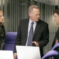 Audrey, Bill, and Lynn try to diffuse the hostage situation in 24 Season 5 Episode 4
