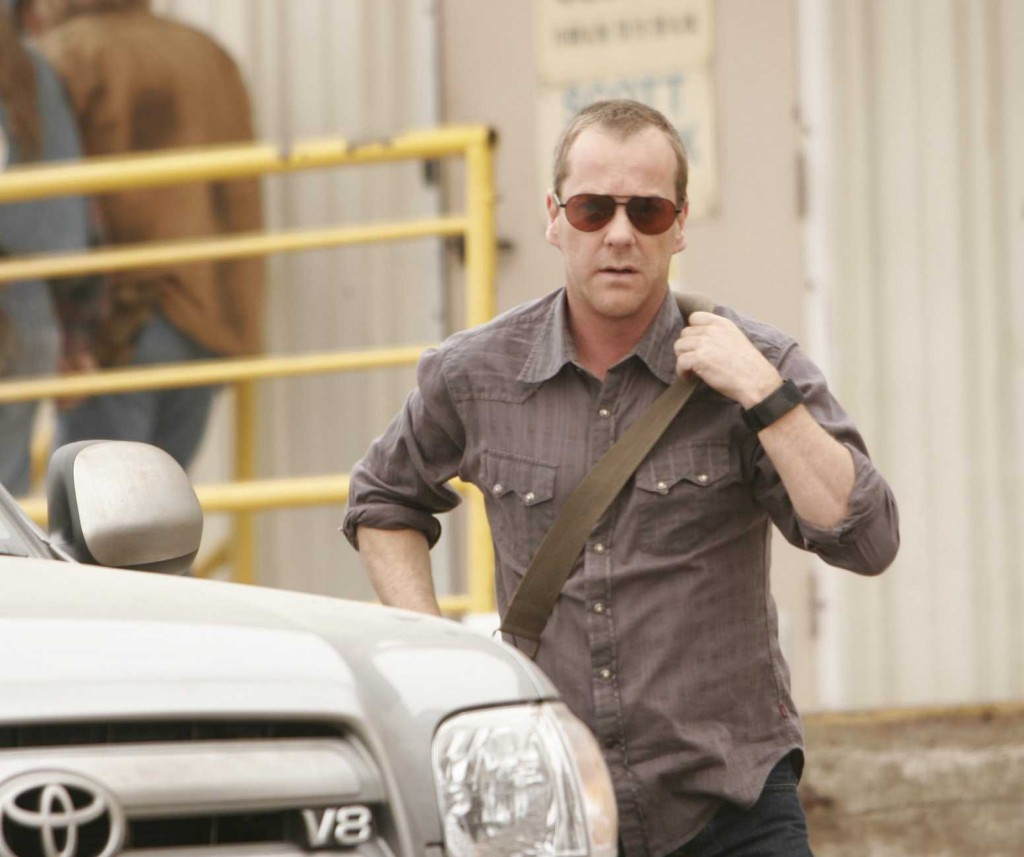 Jack Bauer with messenger bag in 24 Season 5 premiere