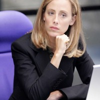 Kim Raver as Audrey Raines in 24 Season 5 Episode 6