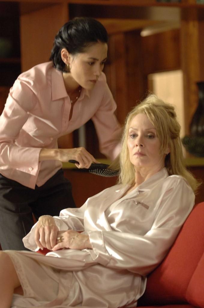Evlyn Martin combs Martha Logan's hair in 24 Season 5 Episode 1