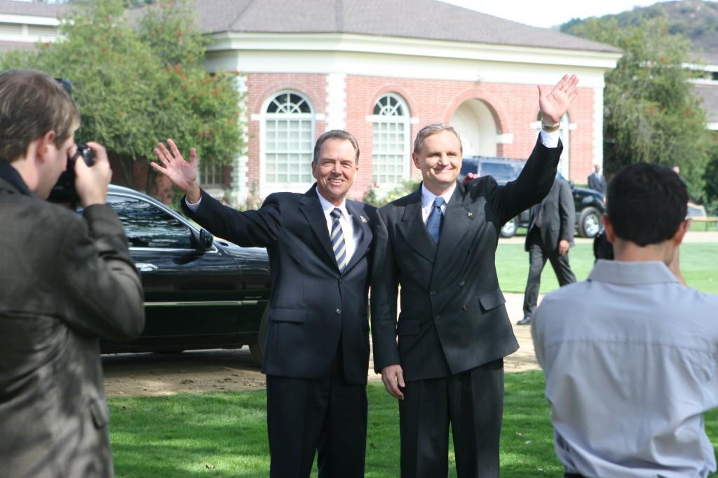 Charles Logan and Yuri Suvarov pose for press in 24 Season 5 Episode 9