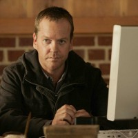 Jack Bauer searches computer for a link to the terrorists in 24 Season 5 Episode 11