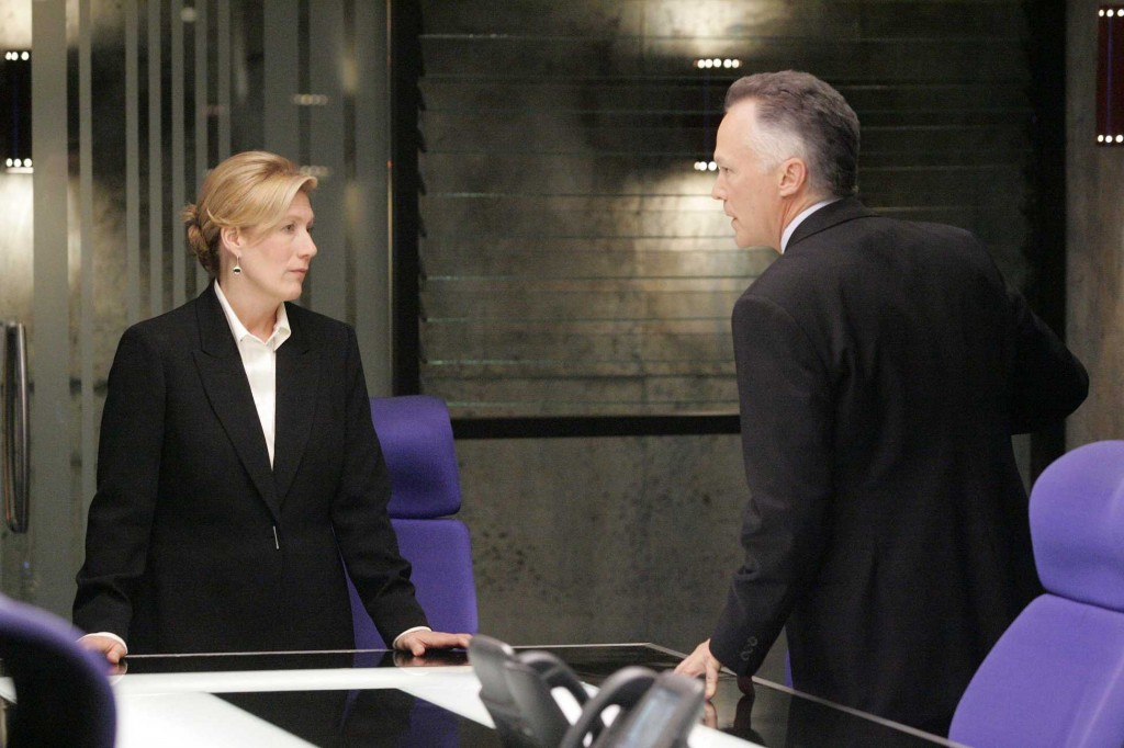 Karen Hayes and Bill Buchanan try to work together in 24 Season 5 Episode 15