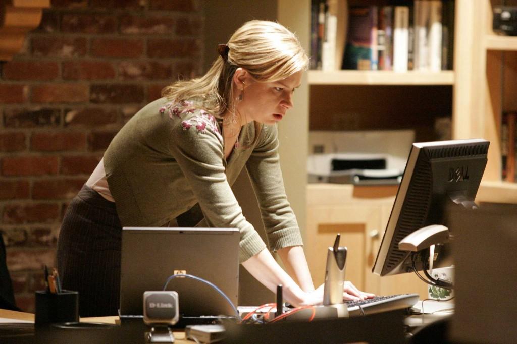 Chloe O'Brian tracks Henderson in 24 Season 5 Episode 19