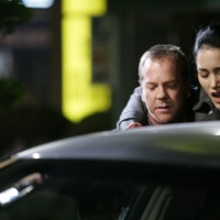 Jack Bauer helps Evelyn Martin walk in 24 Season 5 Episode 17