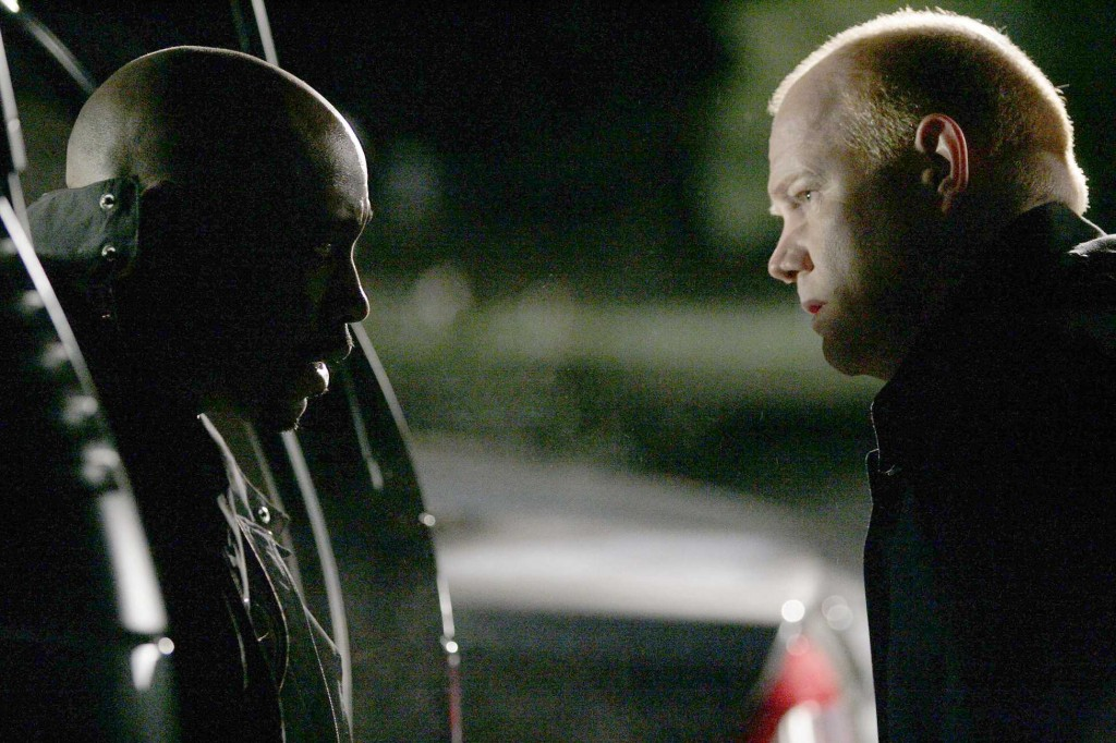 Agent Pierce helps Wayne Palmer in 24 Season 5 Episode 16