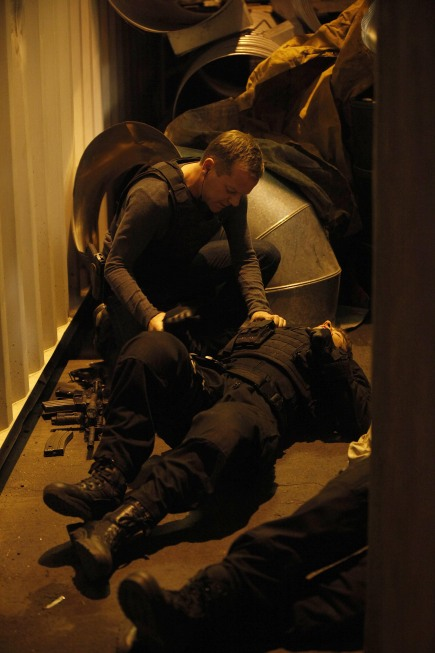 Jack Bauer helps an injured CTU field operative