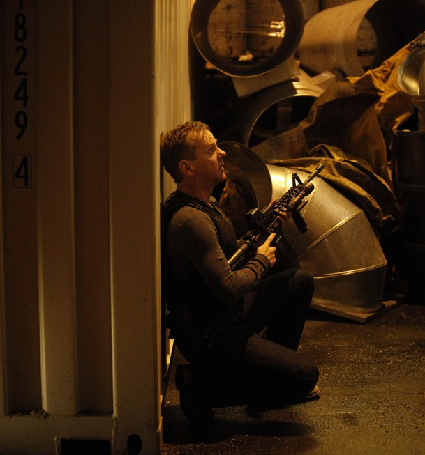 Jack Bauer with machine gun in 24 Season 8 episode 13