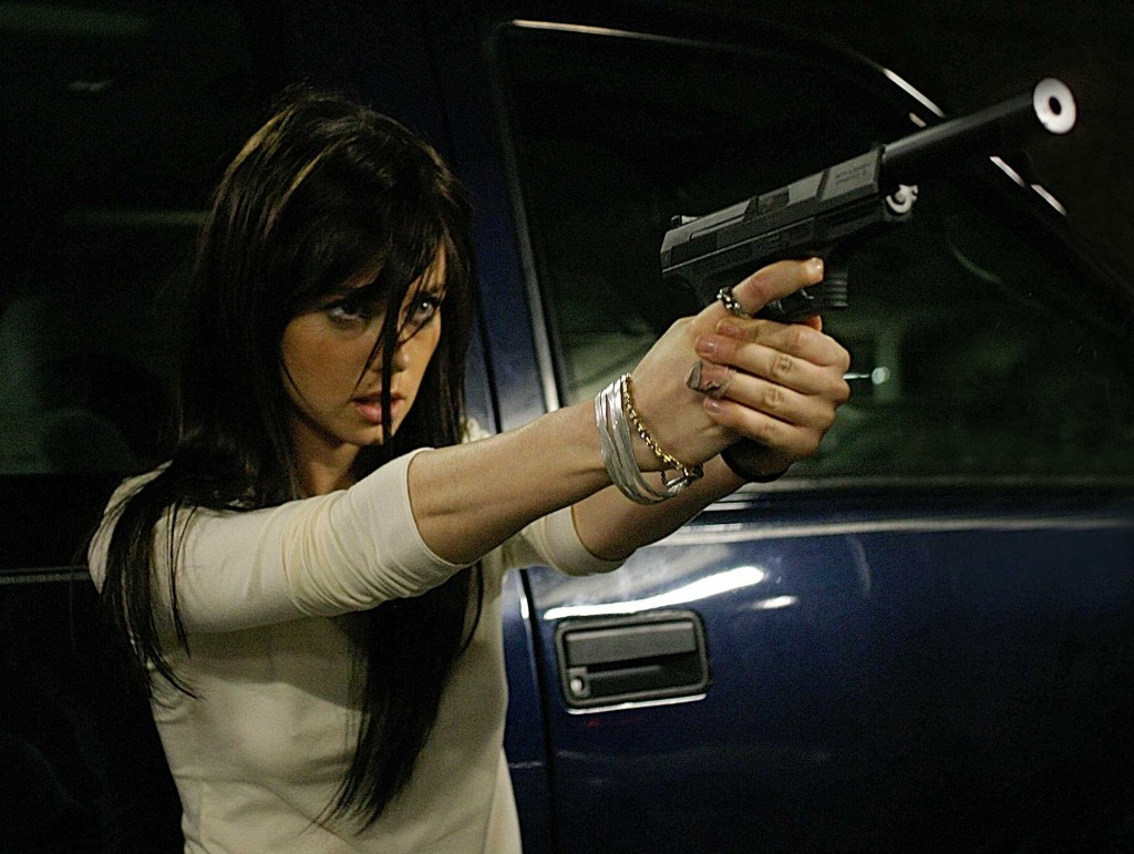 Mandy (Mia Kirshner) with gun in 24 Season 4 finale