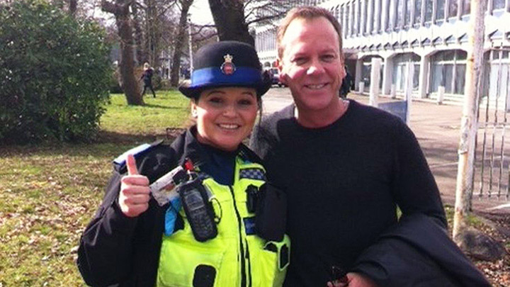 Kiefer Sutherland poses with cop in London