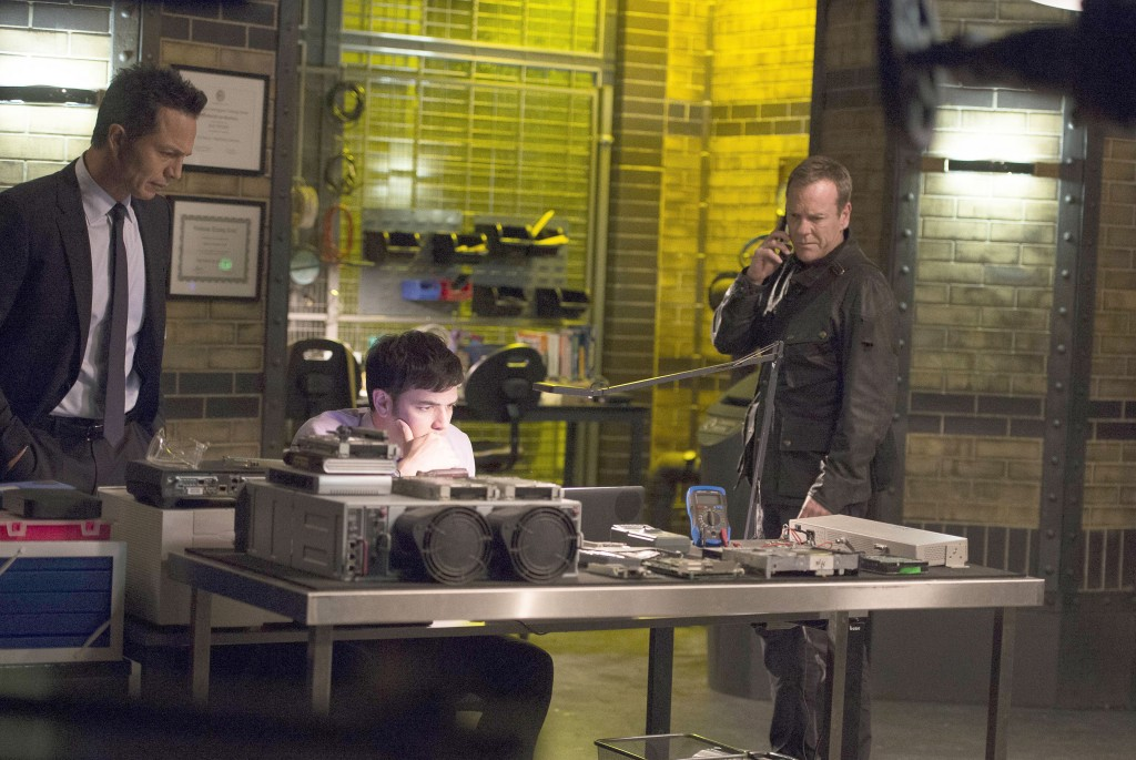 Steve Navarro (Benjamin Bratt) and Jack Bauer (Kiefer Sutherland) await information in 24: Live Another Day Episode 9