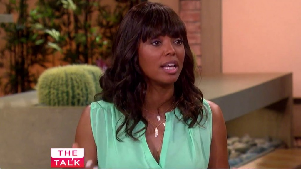 Aisha Tyler defends Kiefer Sutherland on The Talk