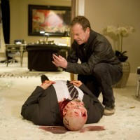 Jack Bauer (Kiefer Sutherland) searches Anatol's body